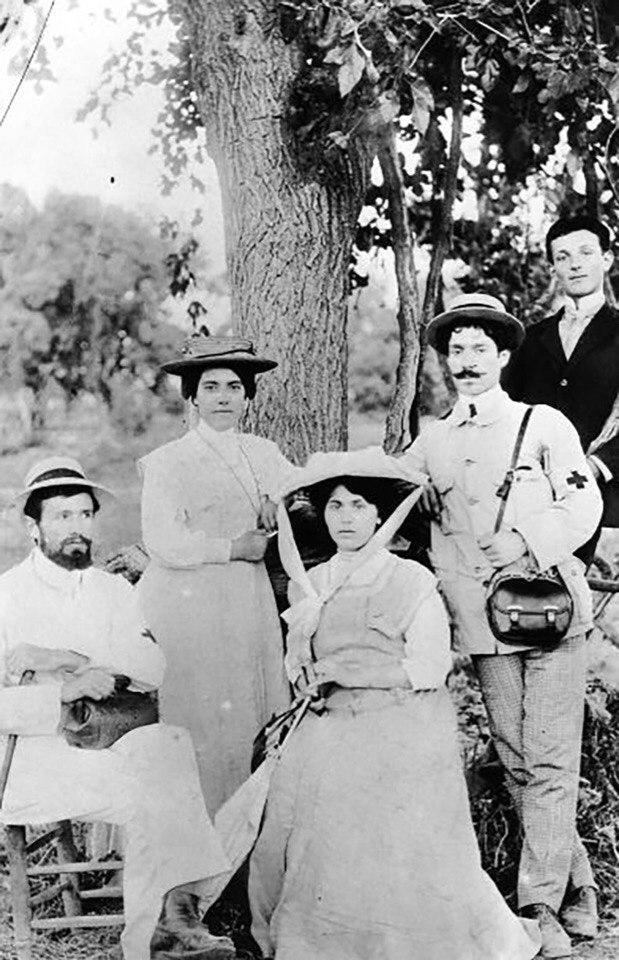 Забел (в центре) в составе миссии Красного Креста, за ее спиной, предположительно, Тигран Есаян.