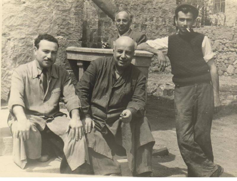 Скульптор Ара Саркисян (в центре) с коллегами. Фото с аккаунта Армена Арустамяна
