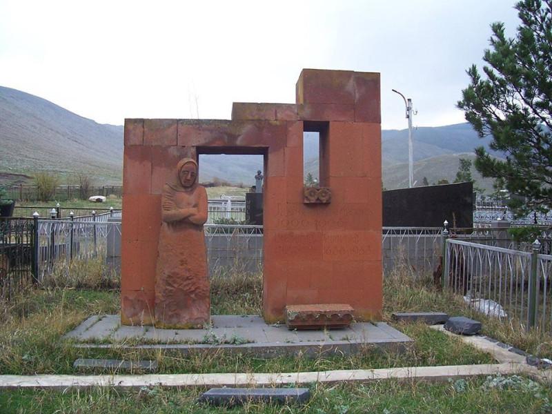 Памятник на могиле матери Минаса Аветисяна, выполненный по мотивам картин художника. Скульптор: Ерванд Годжабашян. Из коллекции Армена Арустамяна.