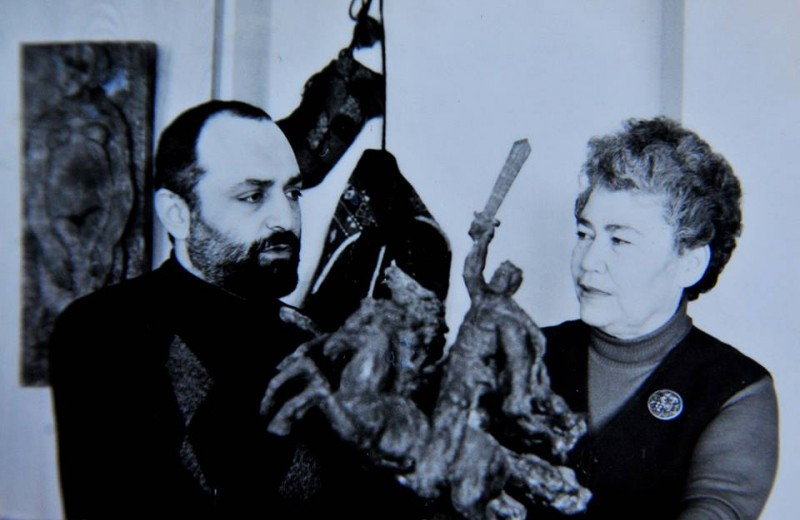 Поэтесса Сильва Капутикян с сыном скульптором Ара Ширазом