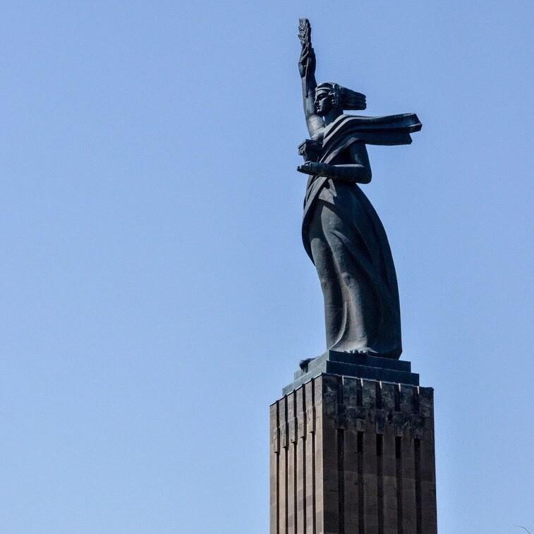 """Монумент """"Мать-Армения"""" в военно-мемориальном комплексе Гюмри"""