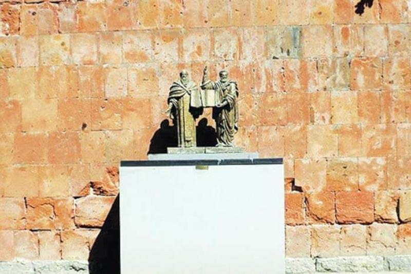 Авторский макет скудбптуры Месроп-Маштоц и Саак Паргев, которая установлена перед ЕГУ после смерти скульптора