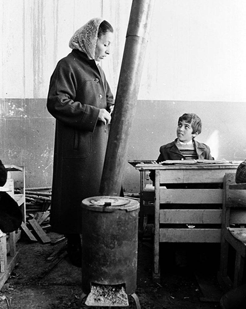 Потом школы снабдили печами, выглядело это вот так. Армения, 90-е
