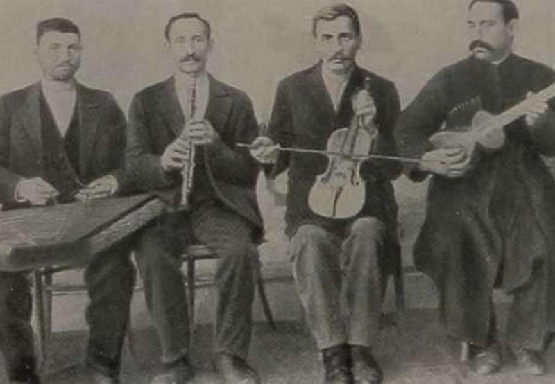 Дживани (со скрипкой) в окружении братьев по музыкальному цеху.
