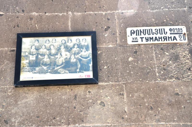 Фотография на стене бывшей женской гимназии в городе Гюмри