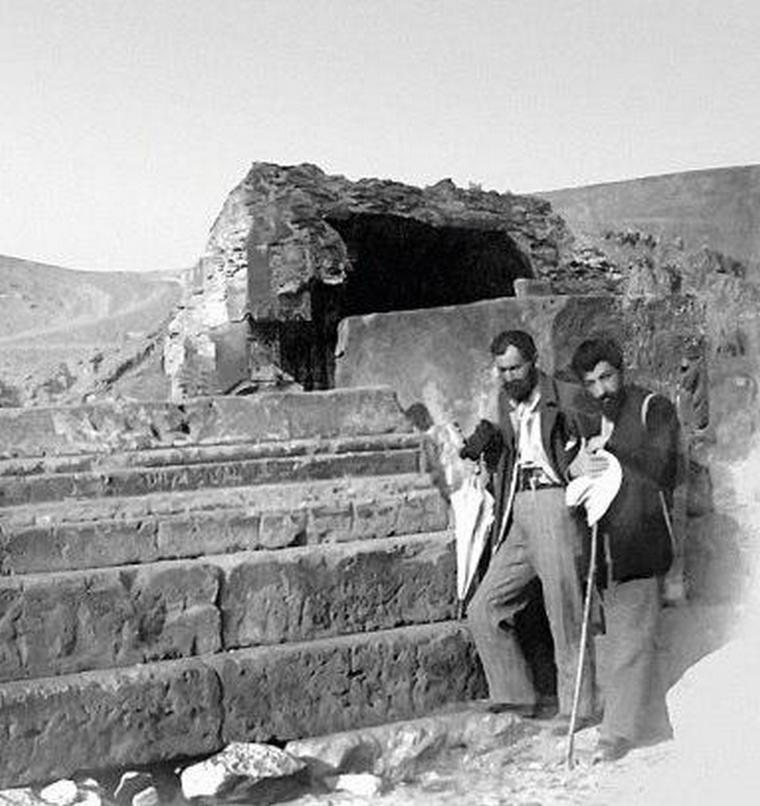 Молодые Туманян и Исаакян на развалинах Ани