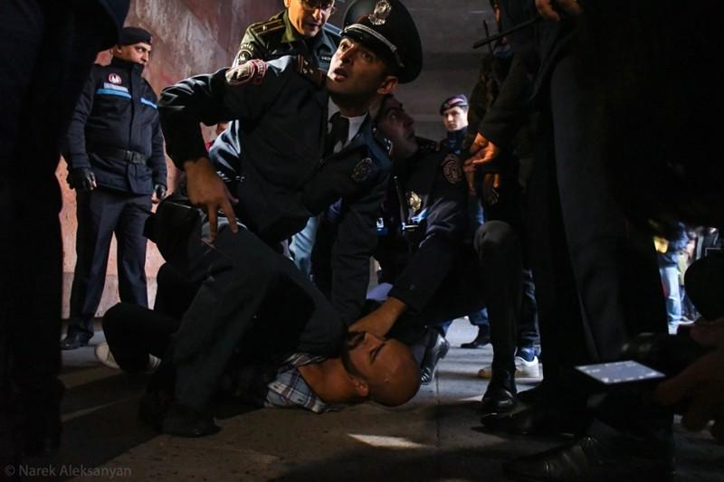 Мужчина, который попытался сорвать спектакль. Задержали, потому что вел себя агрессивно. Фото Нарека Алексаняна