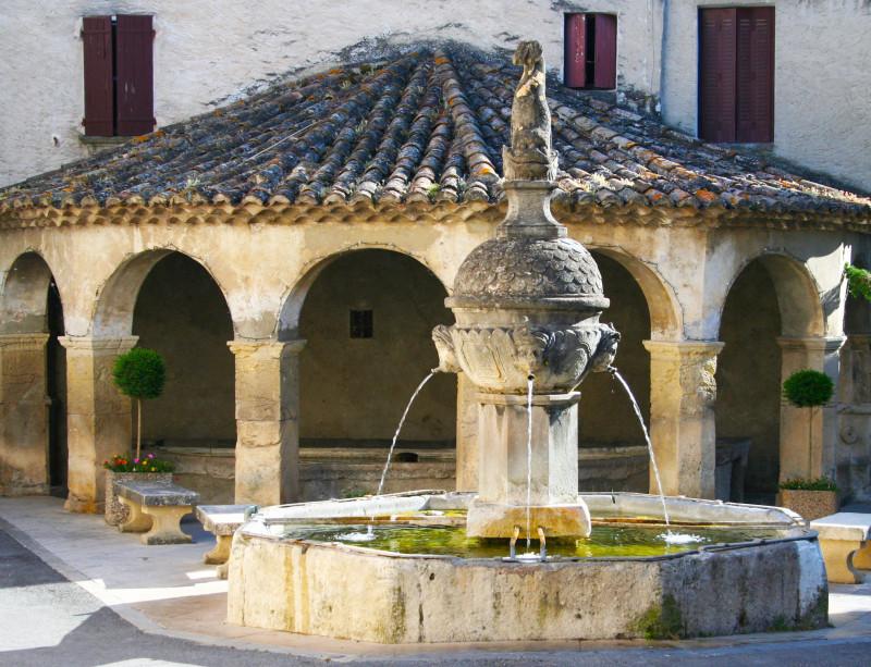 Французский фонтан, построенный когда-то, чтобы хозяйки забирали домой питьевую воду.