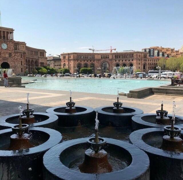 Знаменитый семиструйный фонтан на Площади Республики Еревана