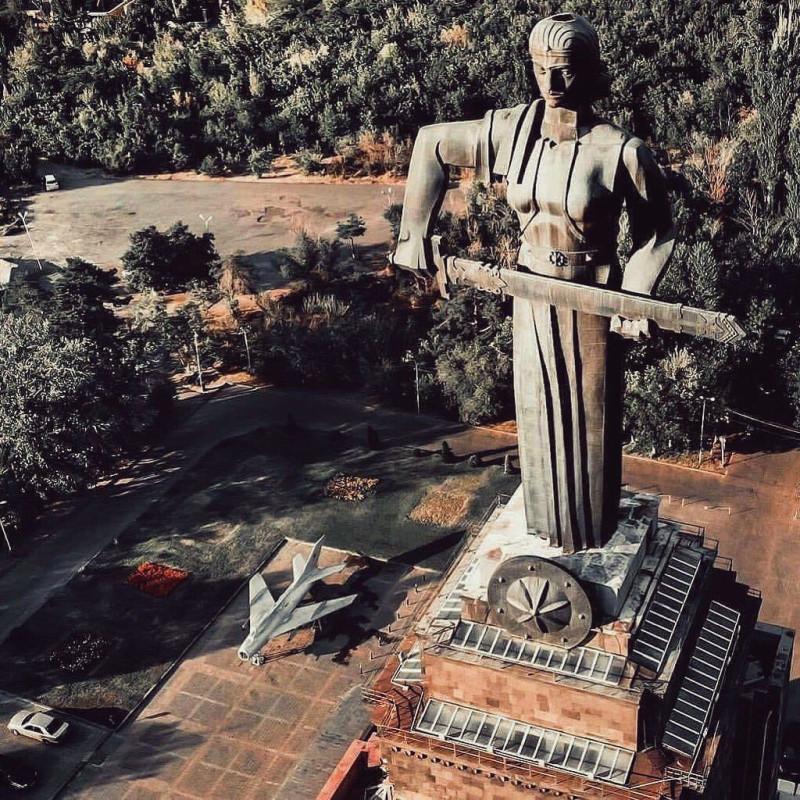 """Монумент """"Мать-Армения"""" в Ереване, скульптор Ара Арутюнян. Фото Артура Меликсетяна, ссылка на источник в конце текста."""