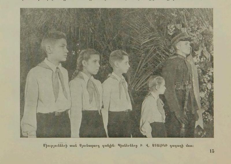 Пионеры перед гробом Сталина в Колонном зале Дома Союзов