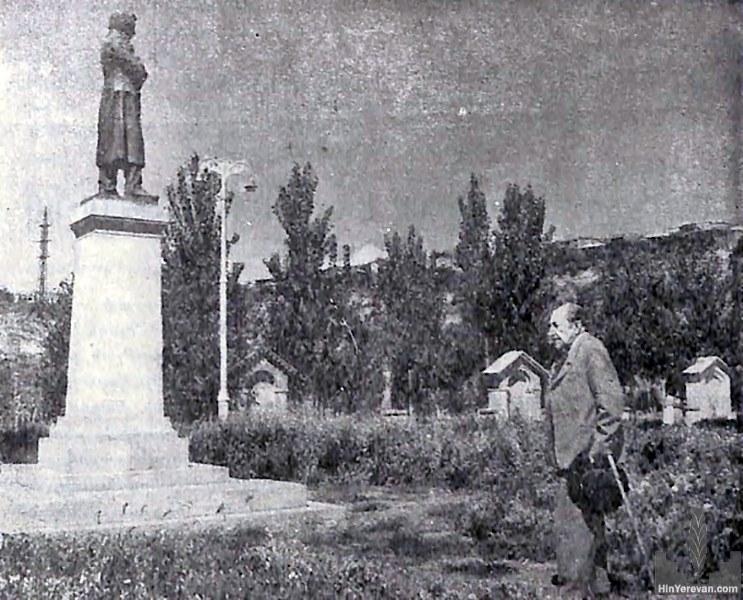 писатель Аветик Исаакян  у памятника Абовяну, Ереван