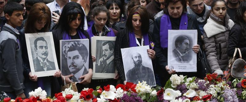 Молодые армяне с портретами членов Литературного кружна Константинополя и музыковеда Комитаса, арестованных 24 апреля 1915  С Даниэла Варужана (третий) сняли кожу.