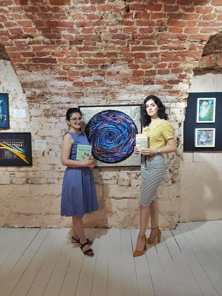 Мы с Софией на фоне мозаик Александры Мишель — да-да эта картина собрана из крошечных деталей!