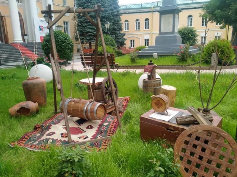 композиция с маслобойкой  перед Посольством