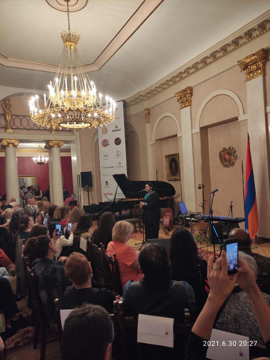 Концерт в бальном зале Лазаревых — ныне зал приемов Посольства