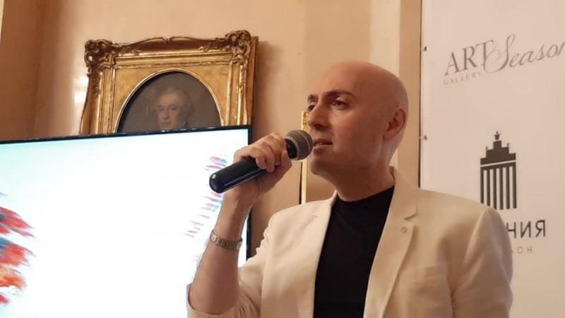 Вот кто подарил нам неделю праздника — директор Культурного центра Владимир Габбе. Кто-то из Лазаревых одобрительно кивает с холста