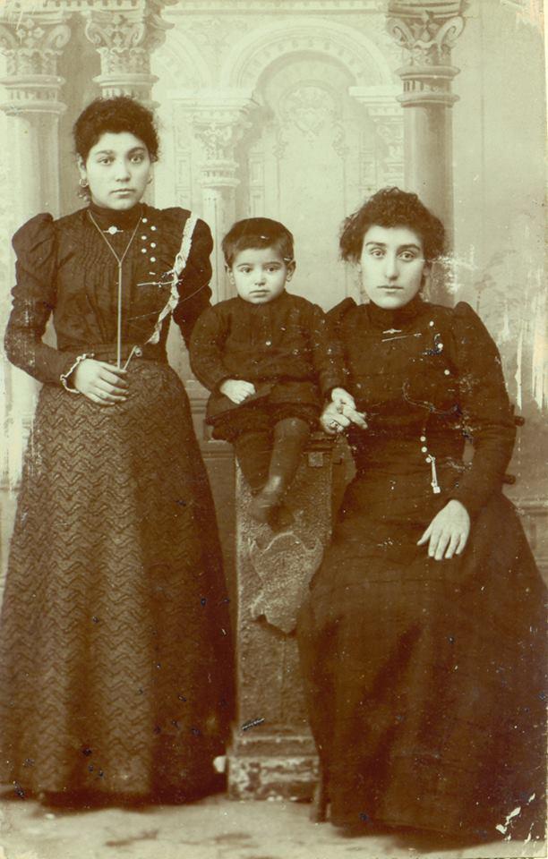 Шушаник (сидит) с сыном Шаваршем и неизвестной, 1901, фото из Дома-музея Егише Чаренца, фото со страницы Шушаник в ФБ