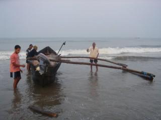 Та самая лодка и рыбаки, что возили нас смотреть дельфинов