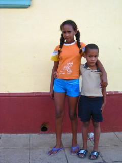 Тринидад на Кубе. Не хотели сниматься, но смелый мальчик сделал это первым, а потом и девочка подтянулась.