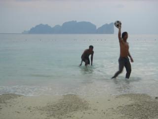 """Футболисты с Пи Пи Дона. А на заднем плане Пи Пи Ле, где тот самый к/ф """"Пляж"""" с Дикаприо."""