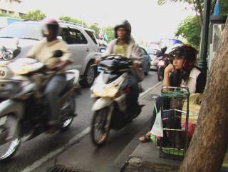 Бангкок. Лето 2009. Скучающая мотоциклистка.
