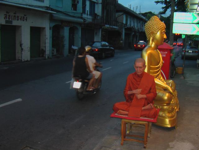 Три года назад в Бангкоке я видел, что ОН готов освободиться от ВСЕГО, а ты?