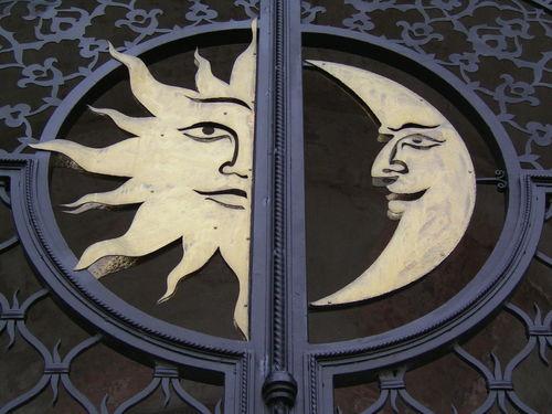 Ворота в Казанском кремле. Луна и Солнце - космос человеческий