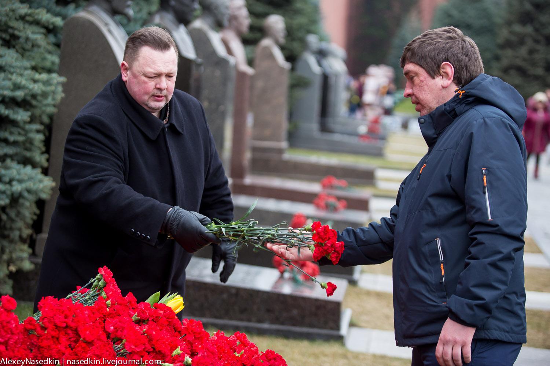 Тиранобесие. Москвичи вышли поклониться Сталину (фото)