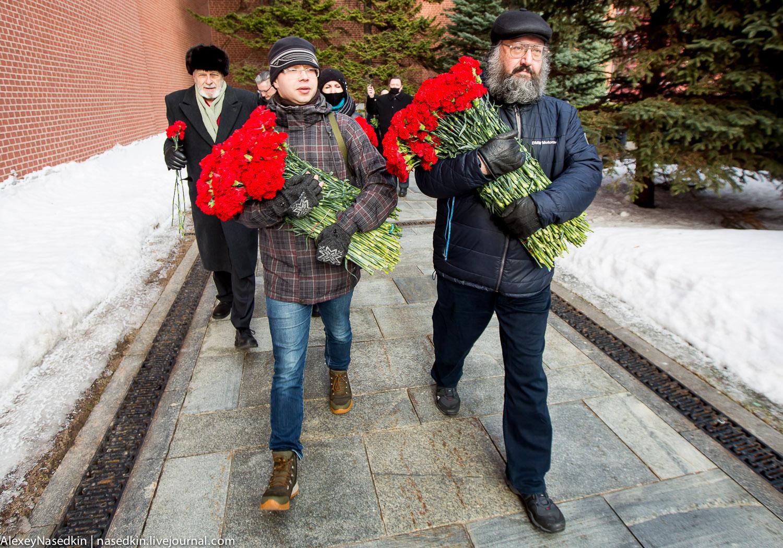 Москвичи и Джигурда поклонились Сталину (фото)