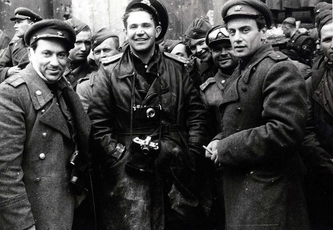 Неизвестный автор. «Виктор Темин, Евгений Халдей и Евгений Долматовский у стен Рейхстага», 1945 год, из коллекции МАММ