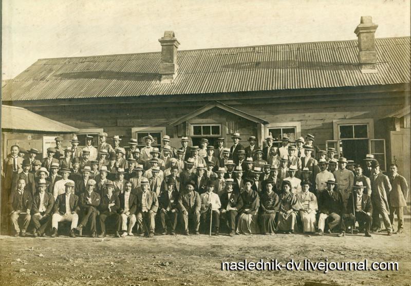 Н.П. Матвеев и представители японской диаспоры Приморской области возле японской начальной школы. Владивосток. Собственность автора
