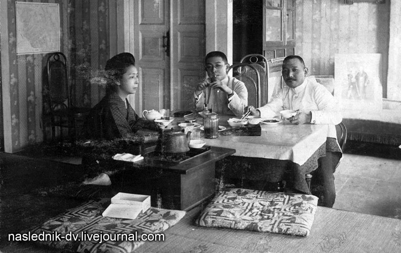Семья Такэути Итидзи в своей хабаровской квартире. Фото из архива семьи Такэути