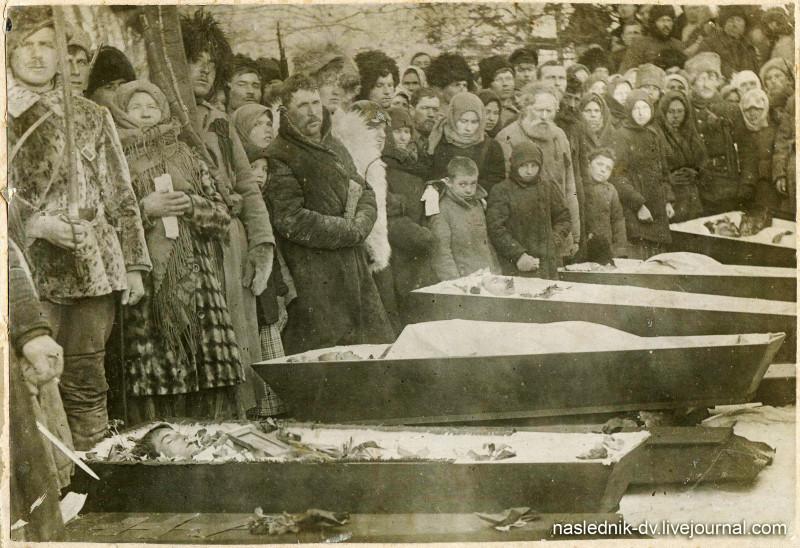 Похороны погибших в бою с отрядом атамана И.П. Калмыкова в ночь на 18 февраля 1920 г. Село Невельское. 1920 г. ХКМ им. Н.И. Гродекова.