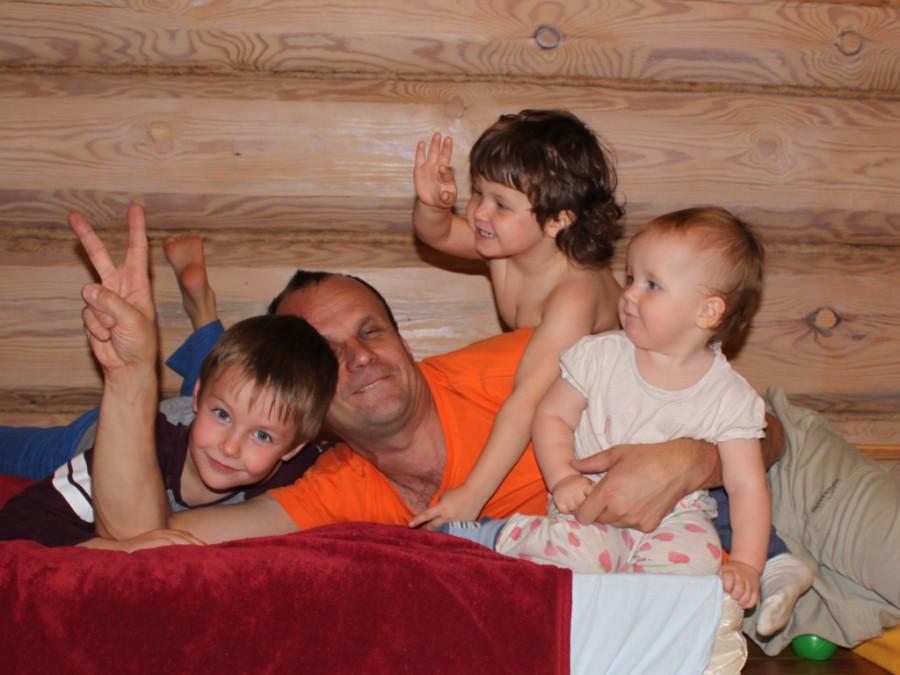 13 окт 14 Илья с детьми ему 51