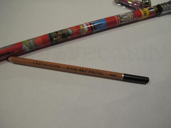 2 простых карандаша. Верхний толстый, длнинный. Нижний не простой - пастель.