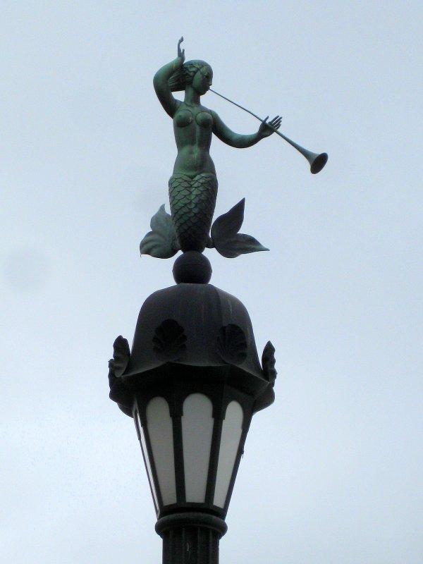 Русалка на фонаре у пристани (Мытнинская набережная)