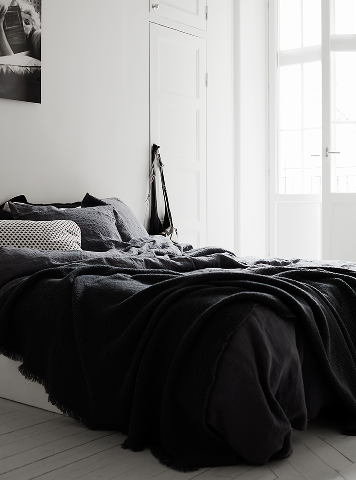 79ideas_cozy_black_bedroom