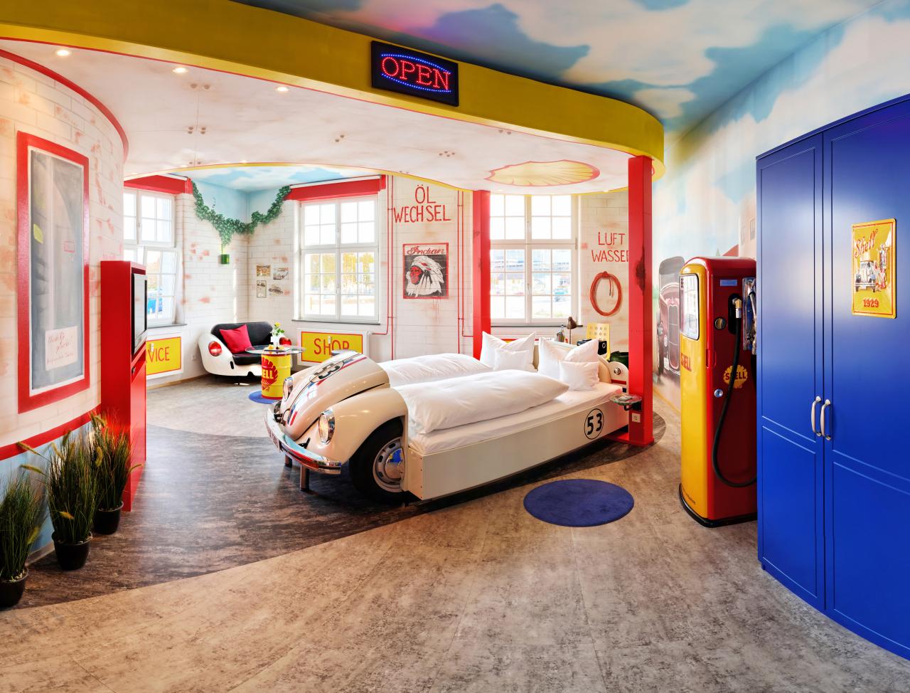 V8-Hotel-Themenzimmer-Tankstelle-00_-