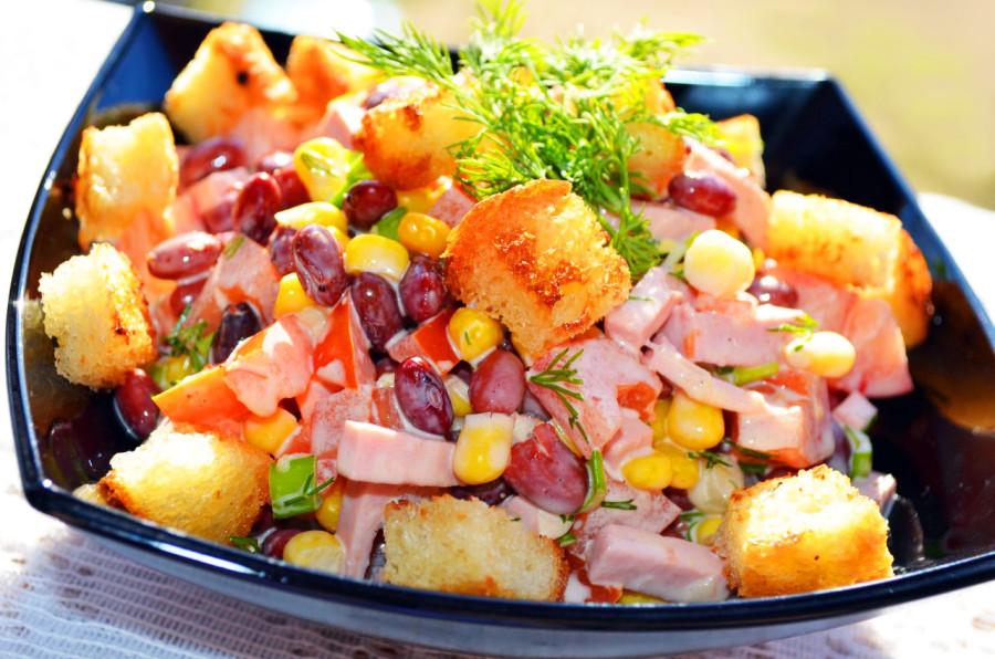 салат с фасолью и кукурузуй
