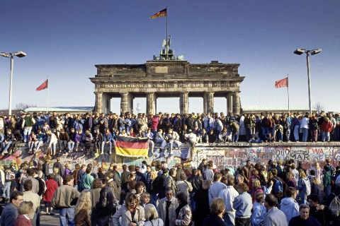 37_3091172~fall-der-berliner-mauer -menschen-aus-ost--und-west-berlin-sind-auf-die-mauer-am-brandenburger-tor-geklettert--berlin,-deutschla