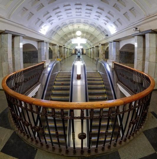 Эскалаторы в центре станции метро Охотный ряд