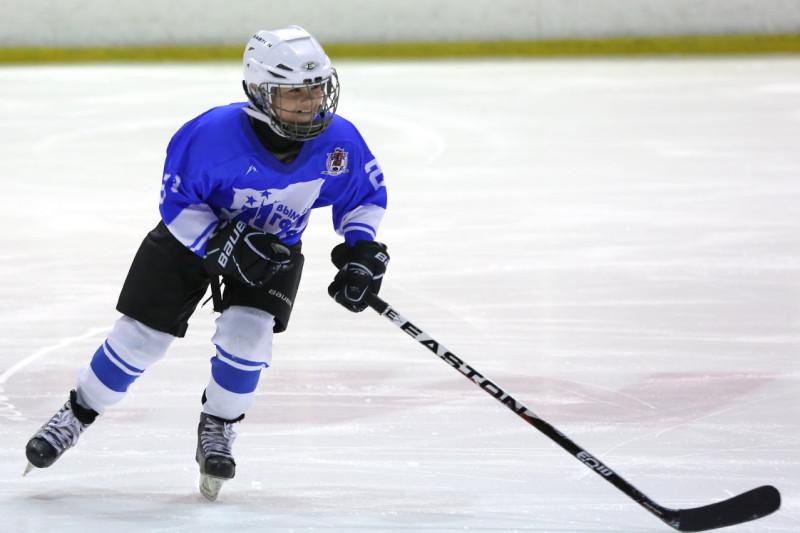 Юный игрок в шлеме и с клюшкой EASTON Hockey