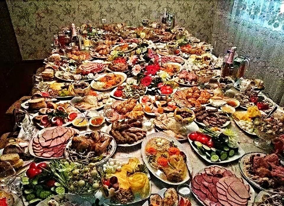К кому не заглянешь в Новогодние праздники, у всех от финансового кризиса столы ломятся  )))