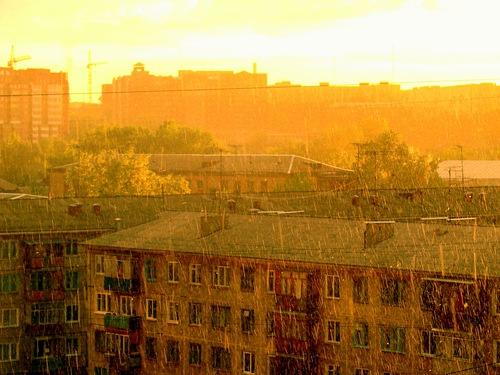Желтый дождь стучит по крышам……