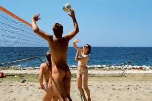 Красивые мужчины на нудистском пляже  реальность или миф
