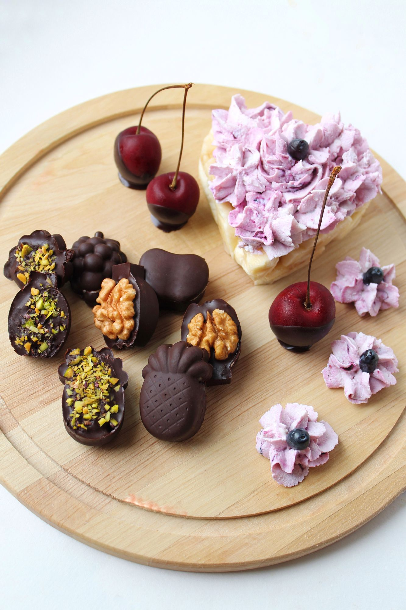 Несколько конфет для двух персон. Вкус лета специально для #вкусныйавгуст. 20г какао порошка нагреть на водяной бане с ложкой кокосового масла, полученный шоколад тонким слоем залить в силиконовую формочку, оставить в морозилке до затвердевания.