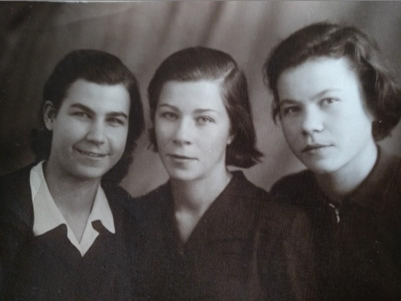 Горбачёвы. Слева Вера (старшая сестра моей мамы), в центре Катя (моя мама), справа Аня (младшая сестра мамы).