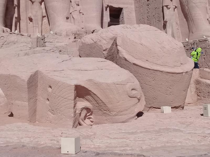Отвал башки Рамзеса II только, храма, потом, Джилан, Рамзеса, прямо, статуи, спать, Египта, ничего, время, чтобы, этого, пуховик, очень, четыре, автобус, другое, автобусе, видела