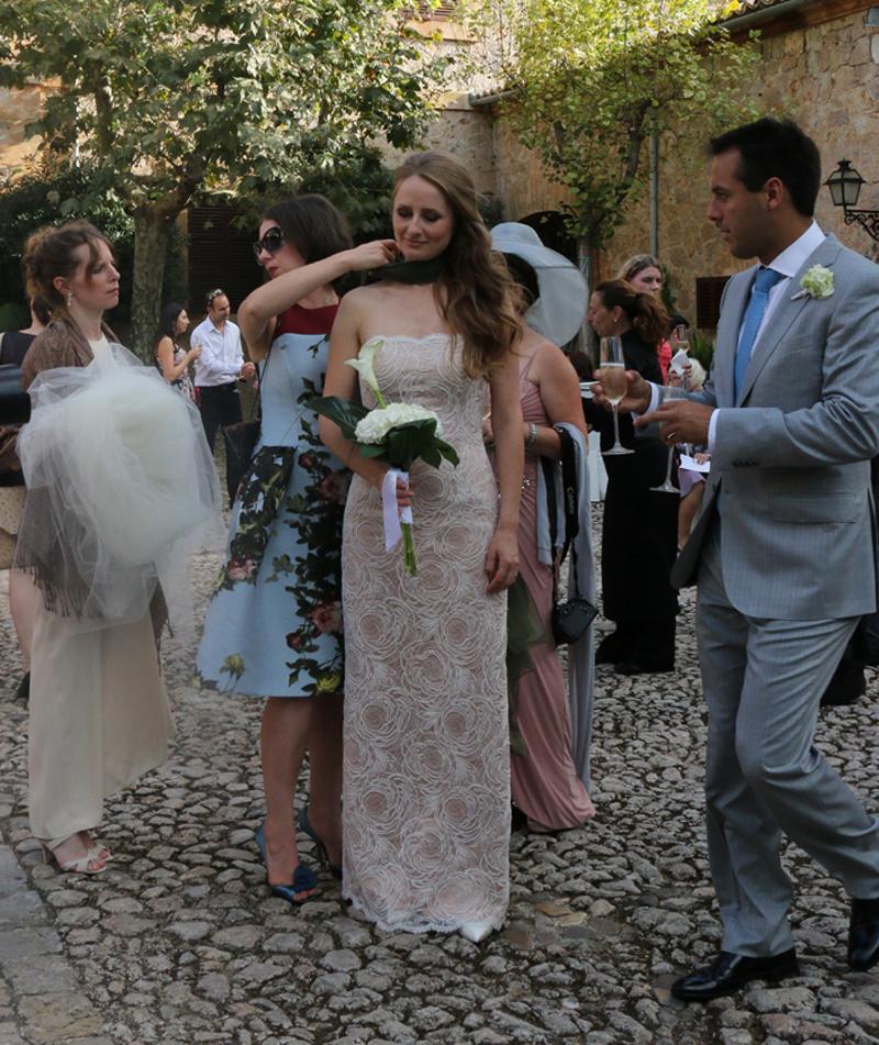 Lavrishina-blog-Majorca-Wedding-Tightening-the-Green-Chiffon-Knot